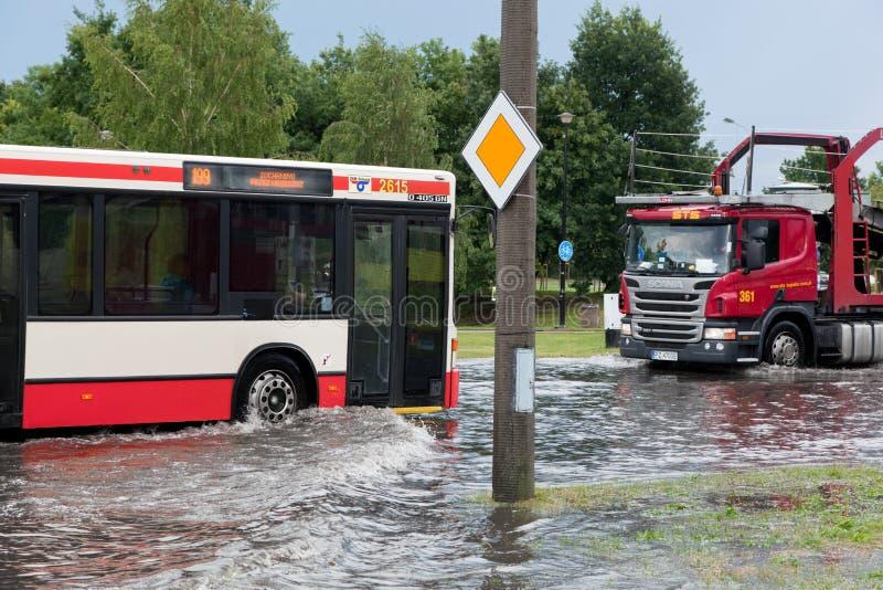 Transporte a tentativa conduzir contra a inundação na rua em Gdansk, Polônia foto de stock royalty free