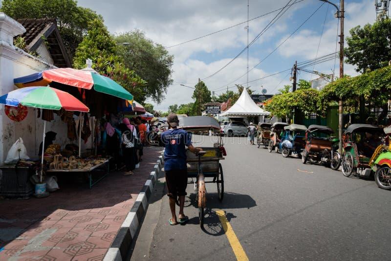Transporte tradicional del rikshaw en las calles de Yogyakarta, Java, Indonesia fotos de archivo libres de regalías
