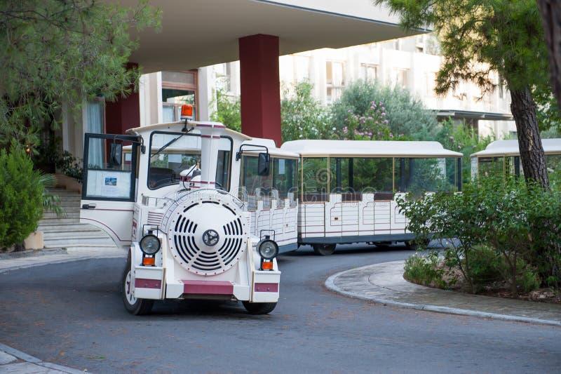 Transporte turístico blanco bajo la forma de tren del juguete Transporte de la diversión imagen de archivo