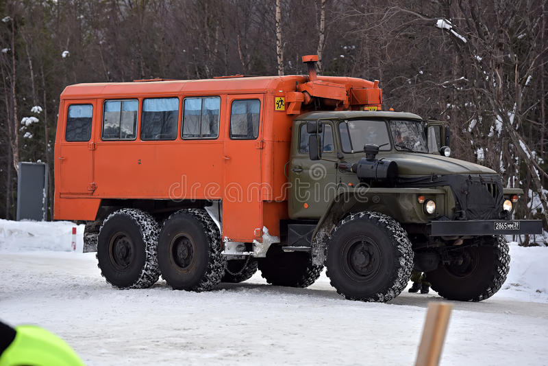 Transporte Ural 4320 na autoestrada interurban durante imagens de stock royalty free