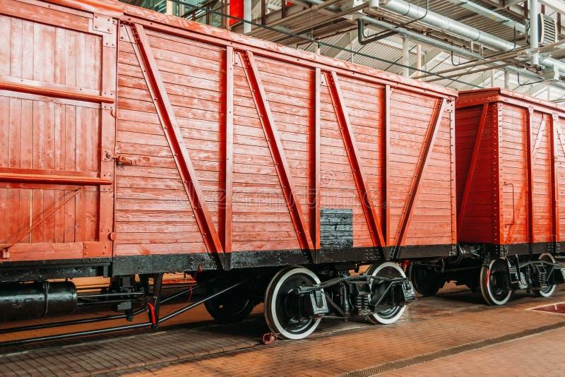 Transporte vagões da cor marrom vermelha no depósito após reparos fotografia de stock