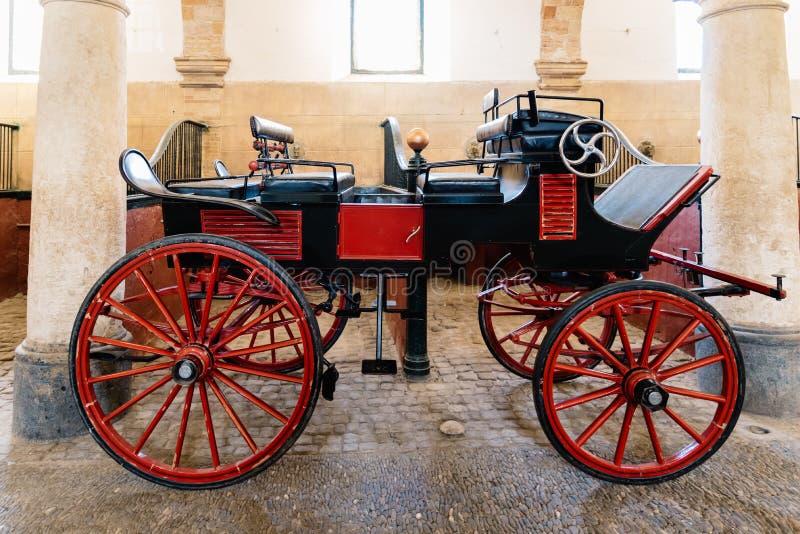 Transporte velho do cavalo pintado no vermelho em estábulos reais históricos de C fotografia de stock