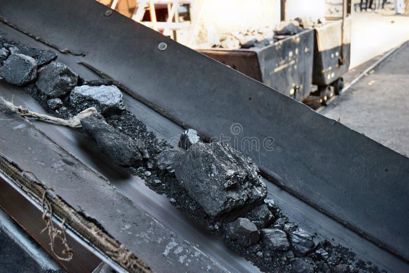 Transporte y clasificando el carbón mediante una banda transportadora foto de archivo libre de regalías