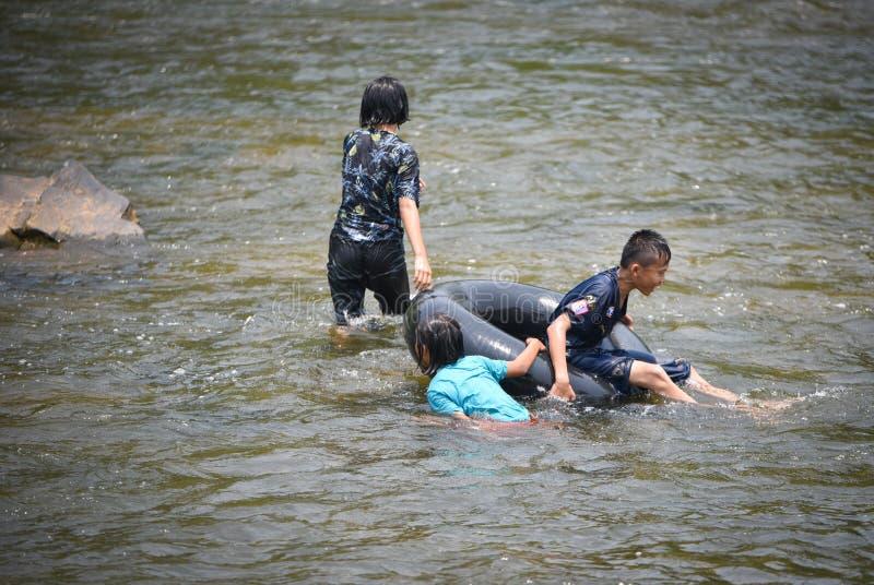 Transporter de l'eau d'amusement de l'Asie d'enfant images libres de droits