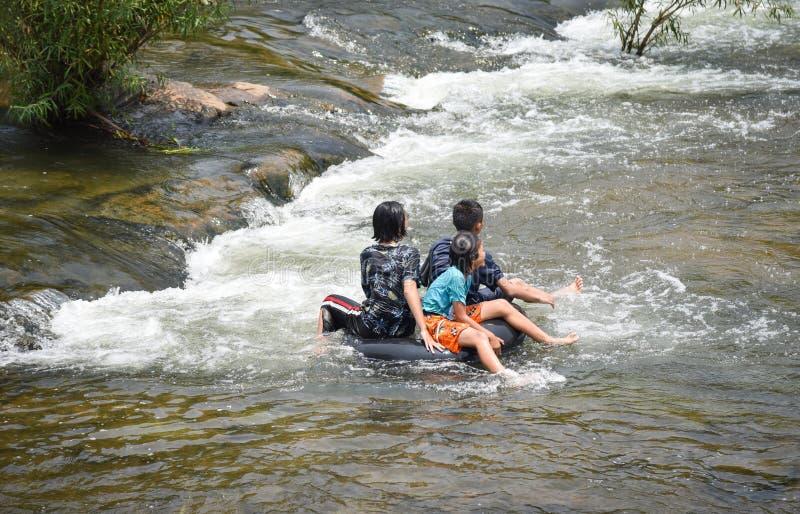 Transporter de l'eau d'amusement de l'Asie d'enfant images stock