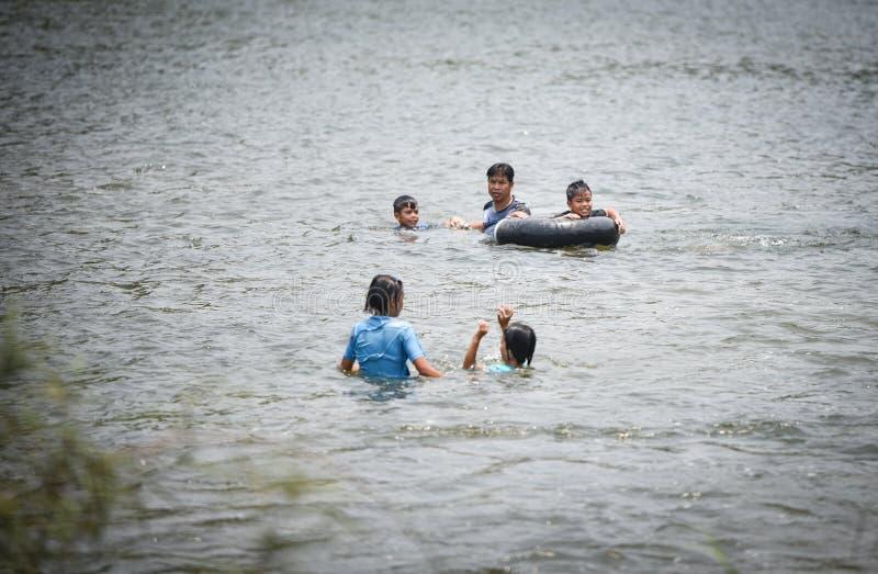 Transporter de l'eau d'amusement de l'Asie d'enfant image libre de droits