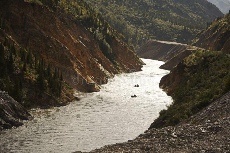 Transporter de rivière de l'eau blanche par radeau en Alaska images stock