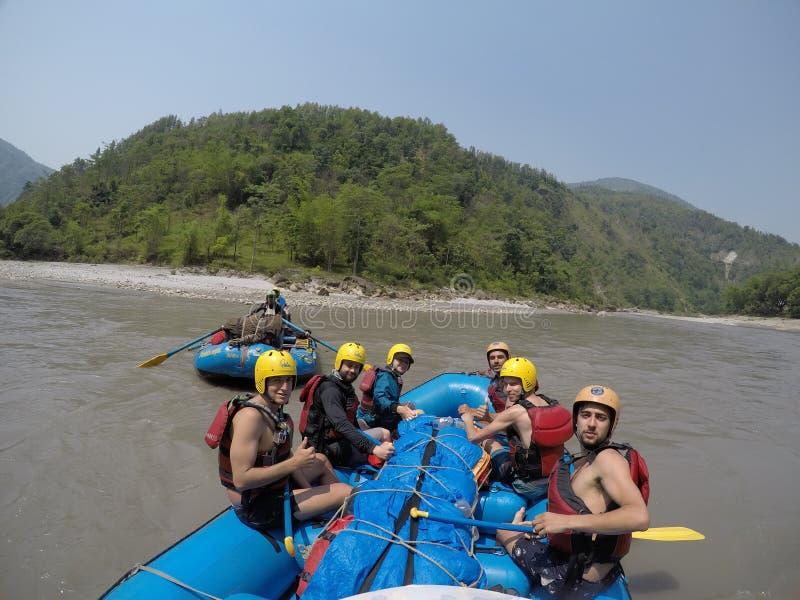 Transporter de rivière de gandaki de Kali par radeau au Népal images stock