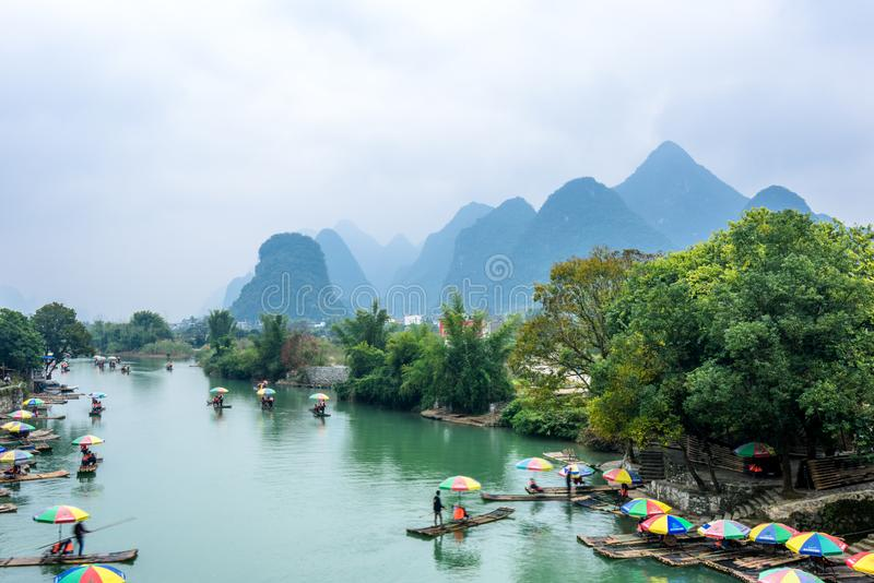 Transporter en bambou dans par radeau Yulong les déchirent image stock
