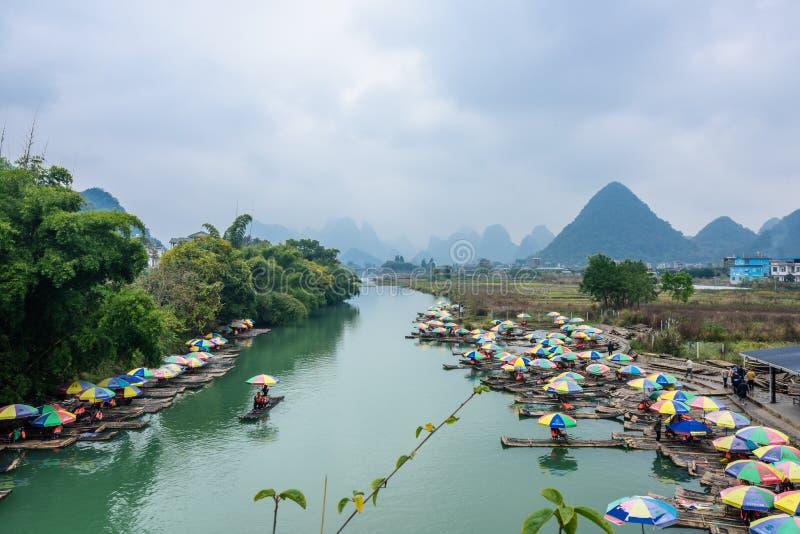 Transporter en bambou en par radeau rivière de Yulong photos libres de droits