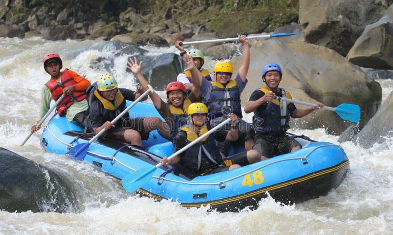 Transporter heureux par radeau à la rivière Indonésie de progo image stock