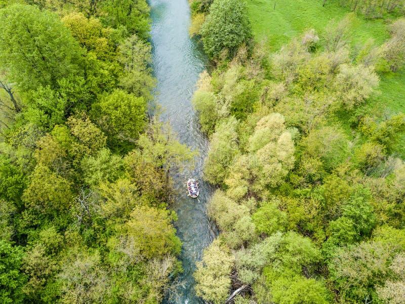 Transporter la vue par radeau aérienne d'un bourdon dans les gorges de Nera, la Roumanie photo libre de droits