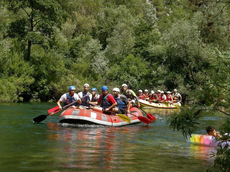 Transporter sur par radeau le fleuve Cetina photos stock