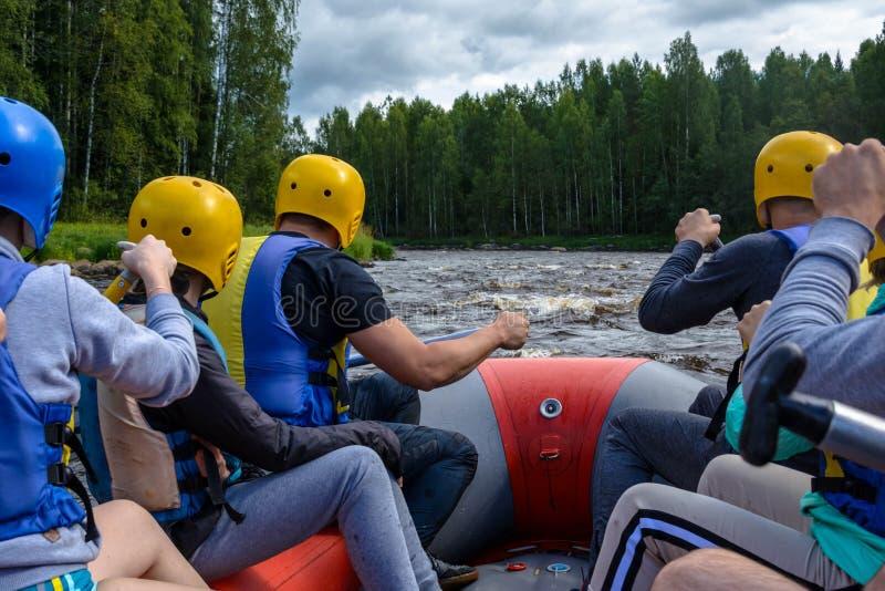 Transporter sur par radeau les rivières de la Carélie image stock