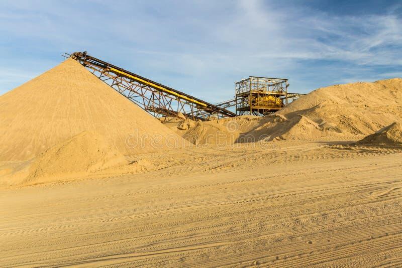 Transporter une ceinture dans une usine de sable photo stock