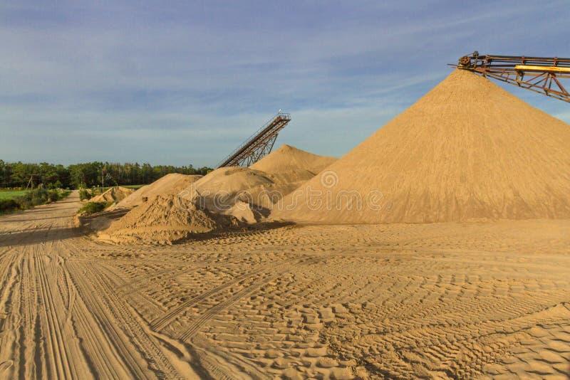 Transporter une ceinture dans une usine de sable photos stock