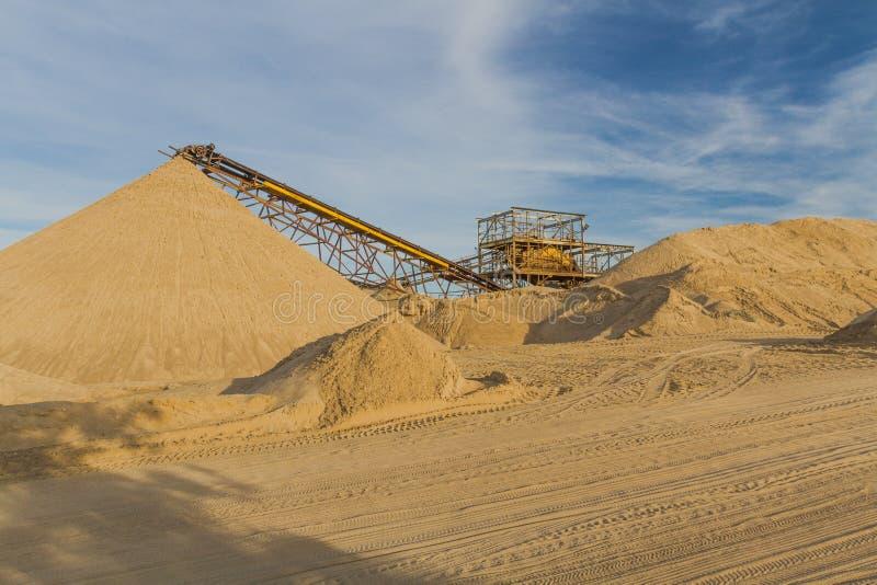 Transporter une ceinture dans une usine de sable images stock