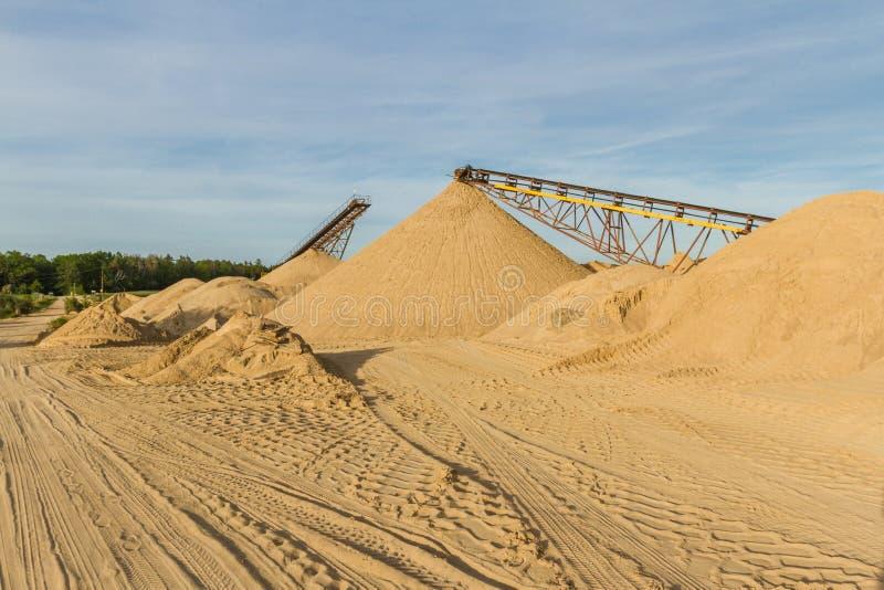 Transporter une ceinture dans une usine de sable photographie stock