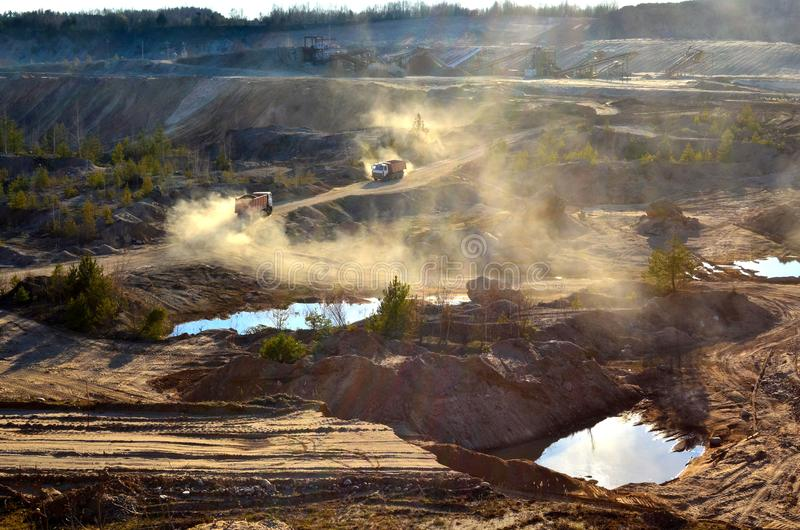Transportes de mineração areia e minerais do caminhão basculante na pedreira imagens de stock