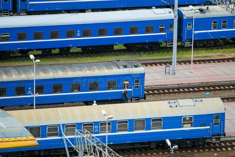 Transportes do trem parados na estação de trem Povos na plataforma fotografia de stock