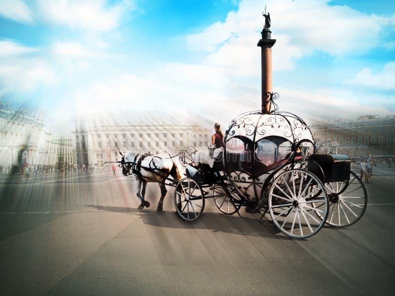 Transportes puxados por cavalos, quadrado do palácio fotografia de stock