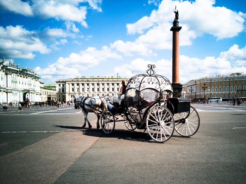 Transportes puxados por cavalos, quadrado do palácio foto de stock royalty free
