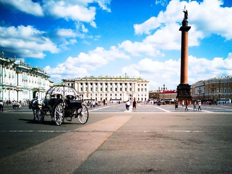 Transportes puxados por cavalos, quadrado do palácio fotos de stock royalty free