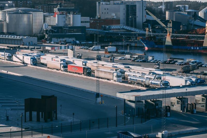 Transportes que esperan el incorporar para llegar en el transbordador a Helsinki y a Tallinn imagenes de archivo