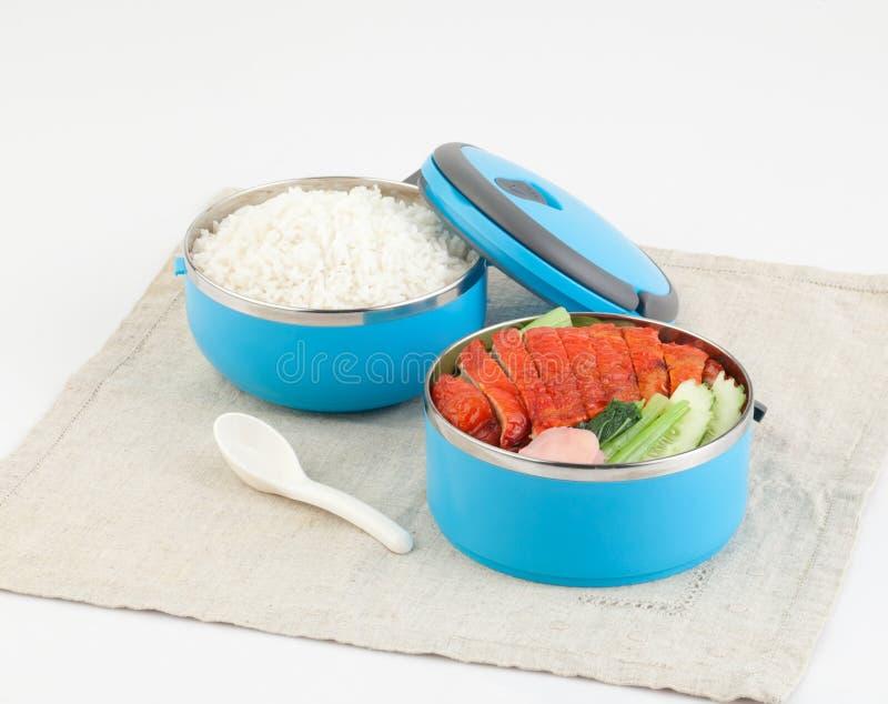 Transporteur de Tiffin avec du riz et le canard rôti photographie stock