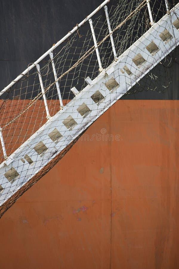 Transporteur orange noir de minerai de fer avec la passerelle abaissée photographie stock libre de droits