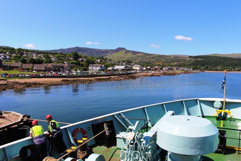 Transportez en bac l'amarrage chez Brodick, île d'Arran, Ecosse photographie stock libre de droits
