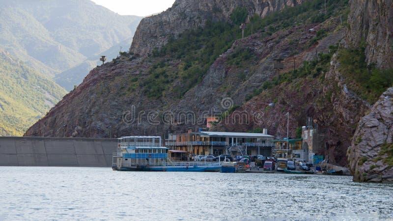 Transportez en bac l'atterrissage de Koman sur le lac Komani en Albanie photographie stock libre de droits