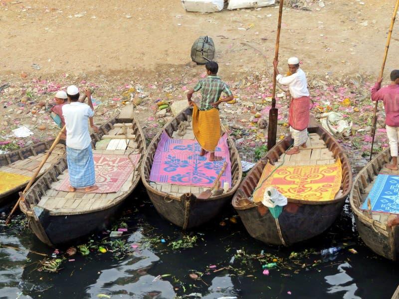 transportez en bac les hommes chez Sagarghat, rivière de Buriganga, Dhaka, Bangladesh image libre de droits