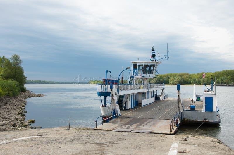 Transportez l'amarrage de ferry sur les banques du Danube images stock