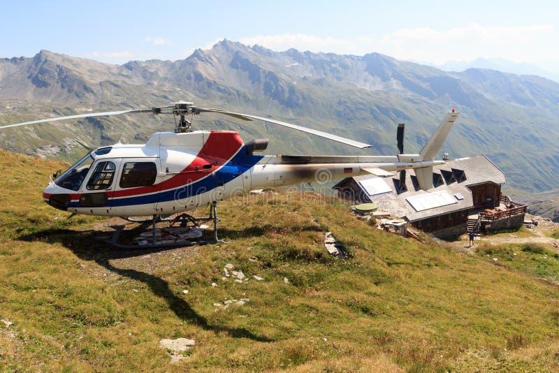 Transportez l'hélicoptère débarqué près du panorama alpin de hutte et de montagne, Alpes de Hohe Tauern, Autriche image libre de droits