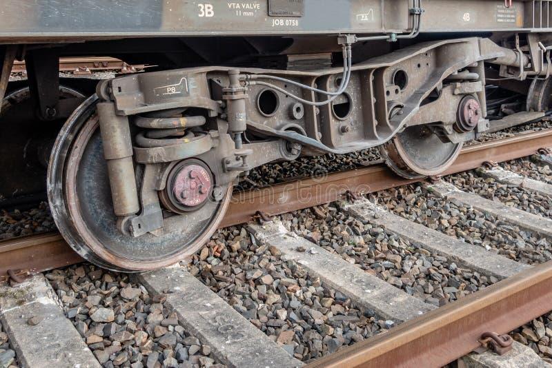 Transportez le train avec l'ensemble de roue déraillé photos stock