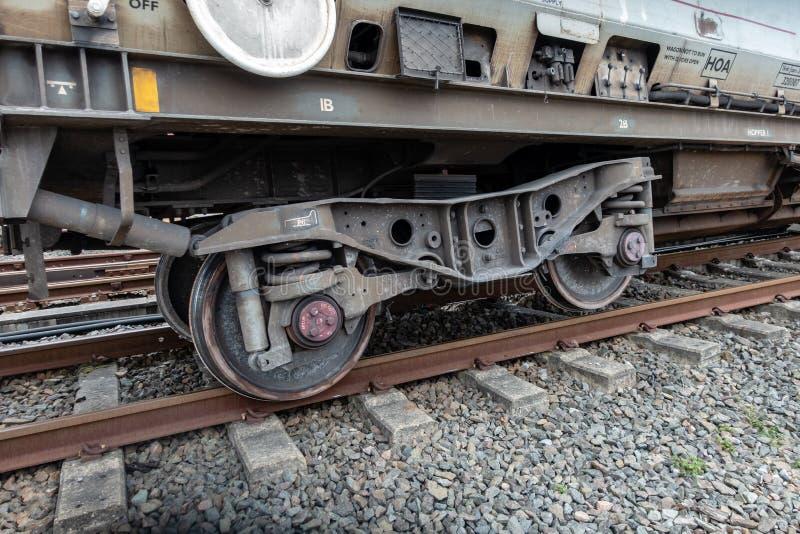 Transportez le train avec l'ensemble de roue déraillé photo stock