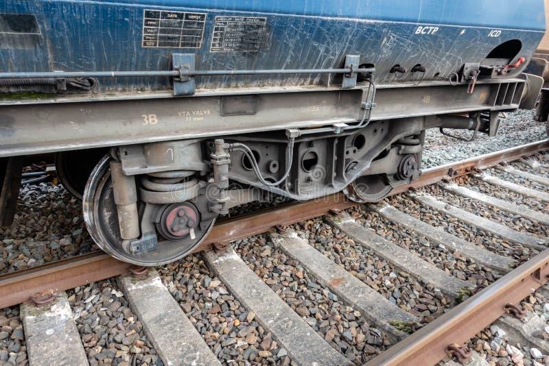 Transportez le train avec l'ensemble de roue déraillé images stock