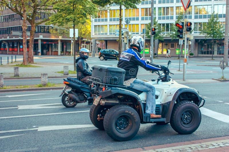 Transportez le vélo et la moto de quadruple sur les rues de la ville Brême, Allemagne photos libres de droits