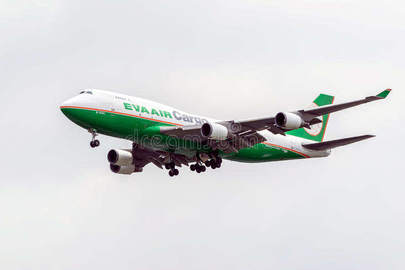 Transportez les avions de la ligne aérienne Eva Air Cargo dans le ciel photo stock