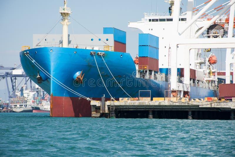 Transportez-vous avec le récipient dans le dock sur le ciel bleu de solf photographie stock