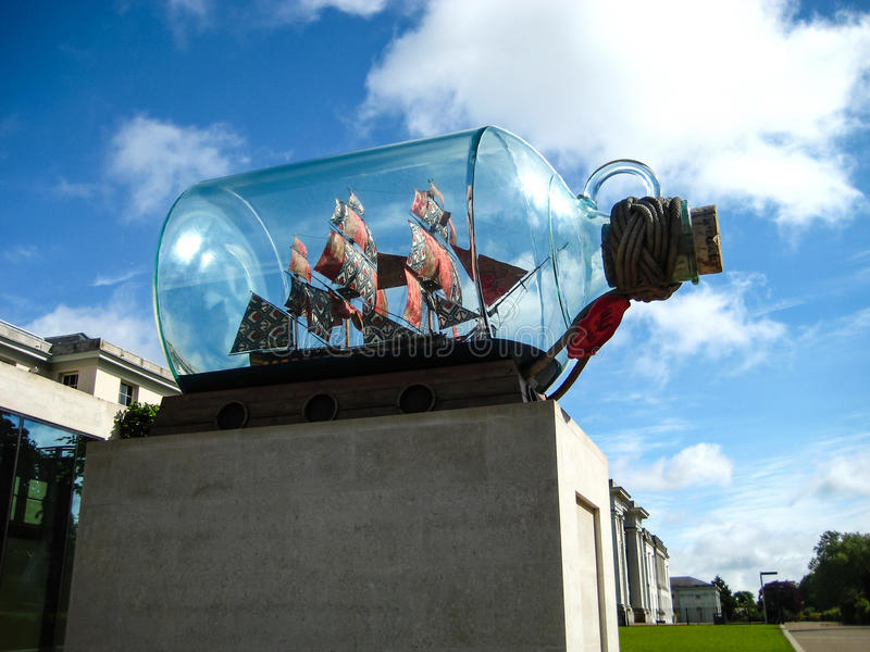 Transportez-vous dans une statue symbolique de bouteille devant le musée en Angleterre Grande-Bretagne photos libres de droits