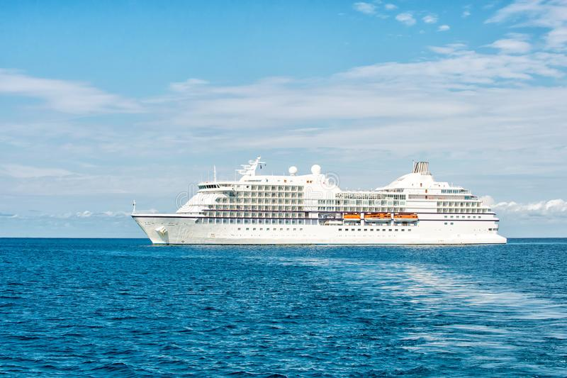 Transportez-vous en mer dans le grand banc de sable d'étrier, Bahamas Revêtement d'océan sur le paysage marin bleu Transport de l photos libres de droits