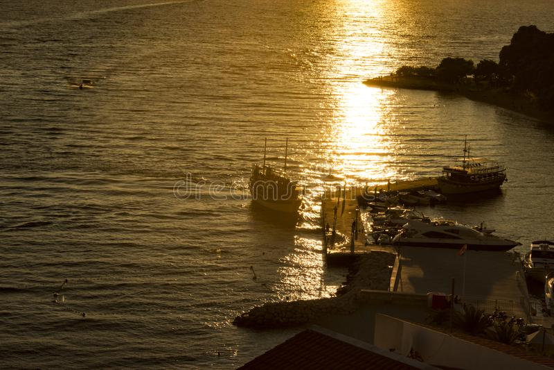 Transportez-vous en mer en soleil d'or au coucher du soleil image stock