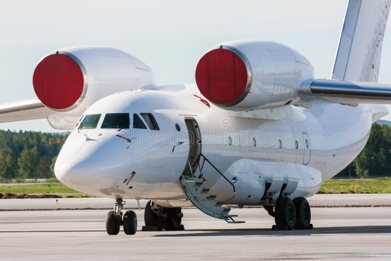 Transportflygplan med öppen airstair arkivbilder
