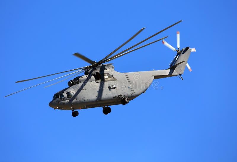 Transporthubschrauber im blauen Himmel lizenzfreie stockfotografie