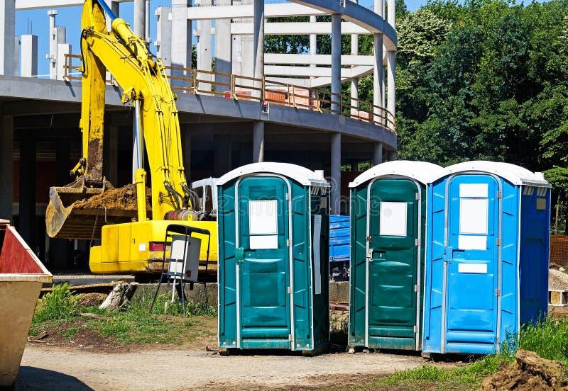 Transportierbare Toiletten an der Baustelle stockfotos