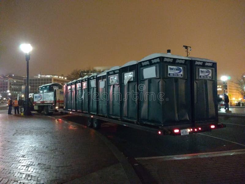 Transportierbare Toiletten, Porta-Töpfchen auf einem Tieflader für das Frauen ` s März, Verbands-Station, Washington, DC, USA lizenzfreie stockbilder