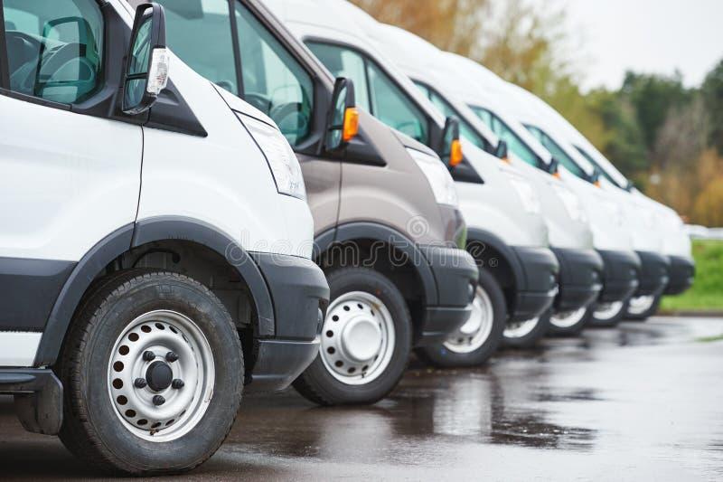 Transportieren des Dienstleistungsunternehmens Handelslieferwagen in der Reihe stockfoto
