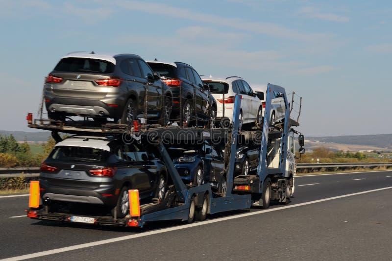 Transportierende Neuwagen des LKWs stockbilder